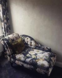 Lounging around ???? ft. our Visocalce Extra Fine wall finish #viero #vierouk #chaiselounge #floral #interiordesign #interiorinspiration #luxuryinteriors #surfacedesign #polishedplaster #bespokeinteriors